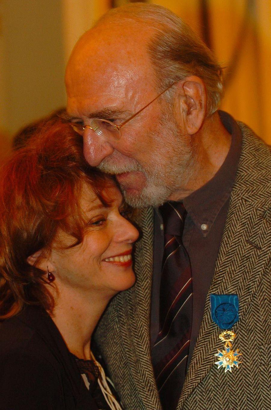 Jean-Pierre Marielle, devenu Officier de l'ordre national du mérite, avec son épouse Agathe, en février 2004.