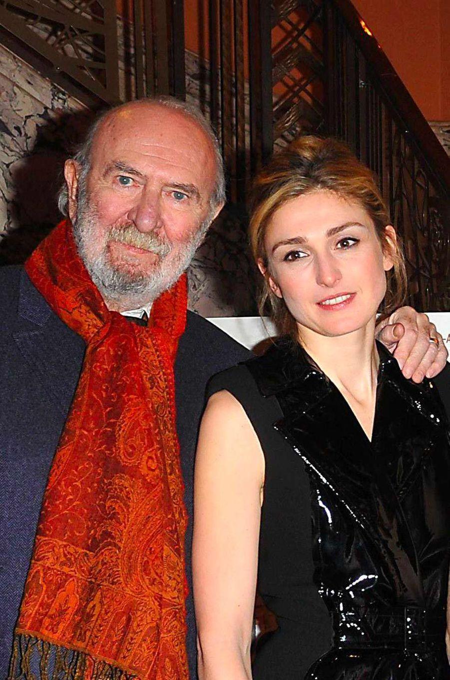Jean-Pierre Marielle et Julie Gayet à l'avant-première du film «Pièce Montée», de Denys Granier-Deferre, en amrs 2010.
