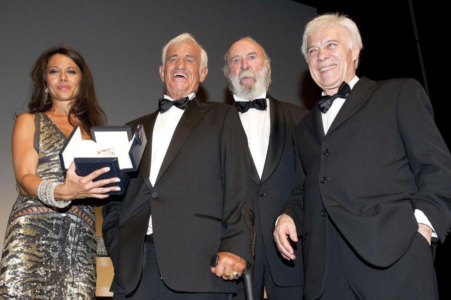 Barbara Gandolfi, Jean-Paul Belmondo, Jean-Pierre Marielle et Guy Bedos durant l'hommage rendu à Jean-Paul Belmondo au Festival de Cannes, en mai 2011.