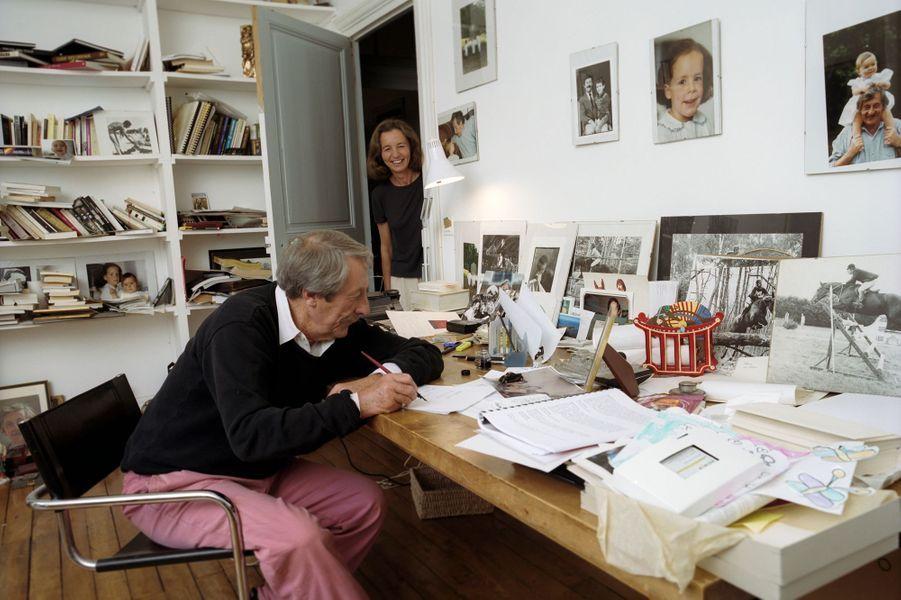 L'acteur Jean Rochefort posant avec son épouse Françoise Rochefort dans leur propriété près de Rambouillet.