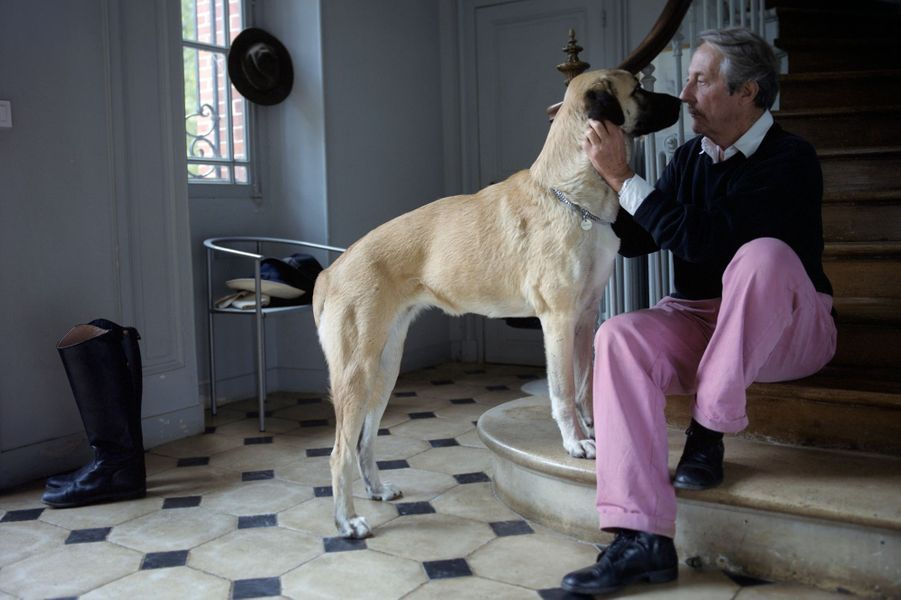 L'acteur Jean Rochefortjouant avec son chien, Bébel, berger d'Anatolie?