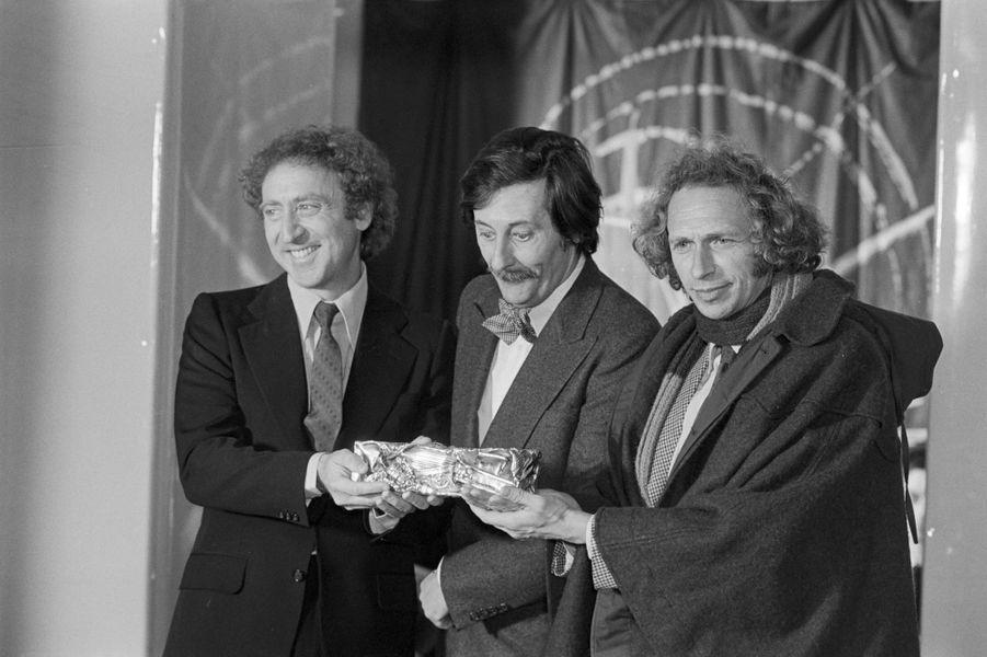 """Les César du cinéma français 1978. Les acteurs Gene Wilder et Pierre Richardremettent le César du meilleur acteur à Jean Rochefort pour son rôle dans le film """"Le Crabe-tambour"""""""