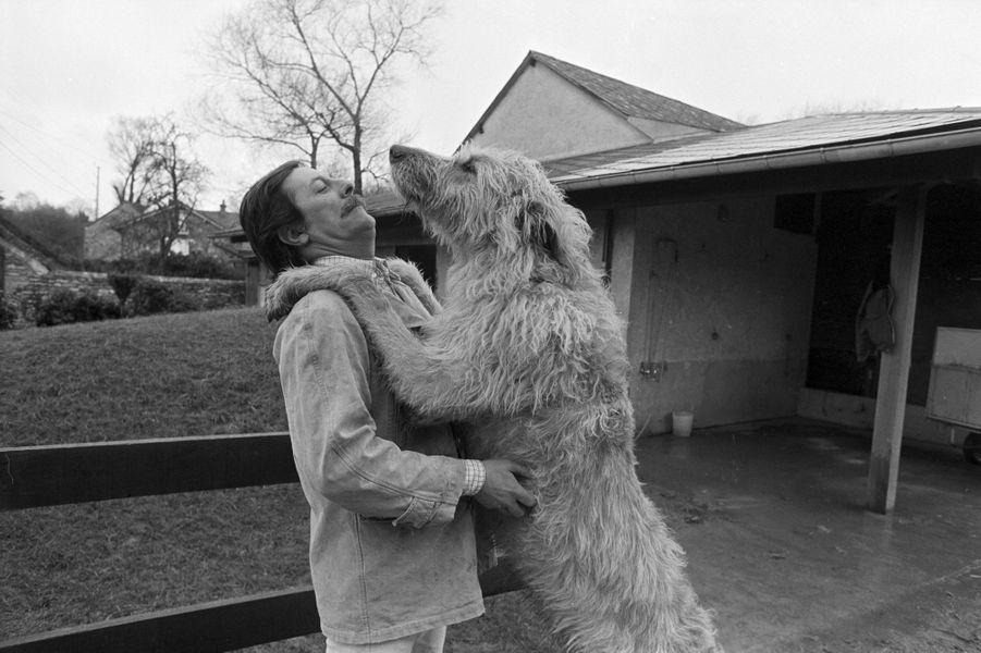En février 1978, l'acteur français Jean Rochefort, chez lui à Grosrouvre dans les Yvelines, en compagnie de sa chienne Zoé.