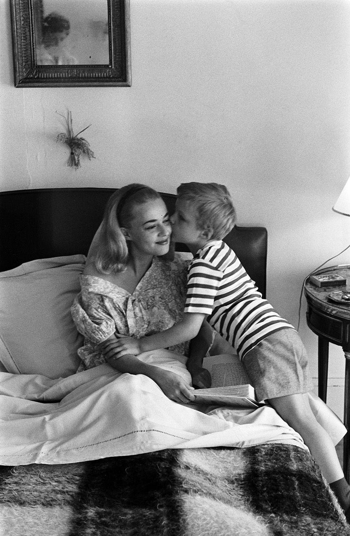 Jeanne Moreau et son fils Jérôme Richard au petit-déjeuner.