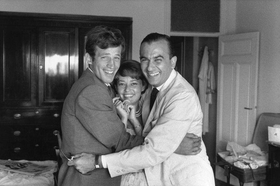 """1960. Avec Jean-Paul Belmondo et Raoul Lévy, à Cannes, pour le film """"Moderato Cantabile"""" de Peter Brook."""