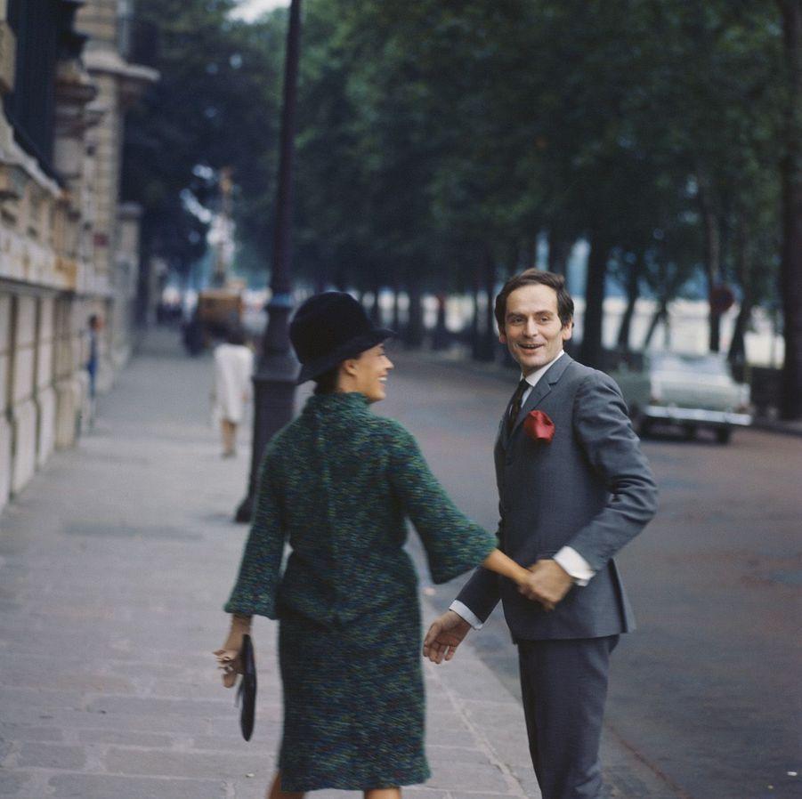 1964. Jeanne Moreau et son compagnon, Pierre Cardin.