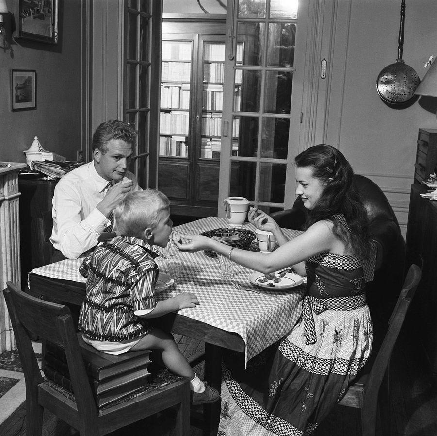 Paris, juillet 1953 : Jeanne Moreau en famille avec son premier mari Jean-Louis Richard et leur fils Jérôme, 3 ans, dans l'appartement de ses beaux-parents, sur la Butte-Montmartre.