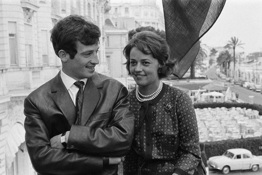 """1960. Avec Jean-Paul Belmondo, à Cannes, pour le film """"Moderato Cantabile"""" de Peter Brook."""