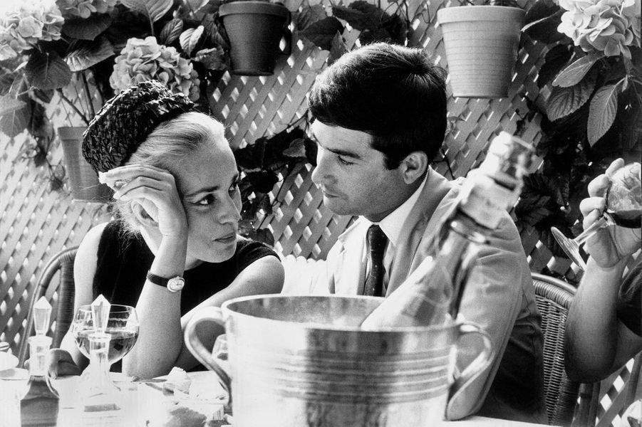 1962. En tête à tête avec Jean-Claude Brialy lors du Festival de Cannes.