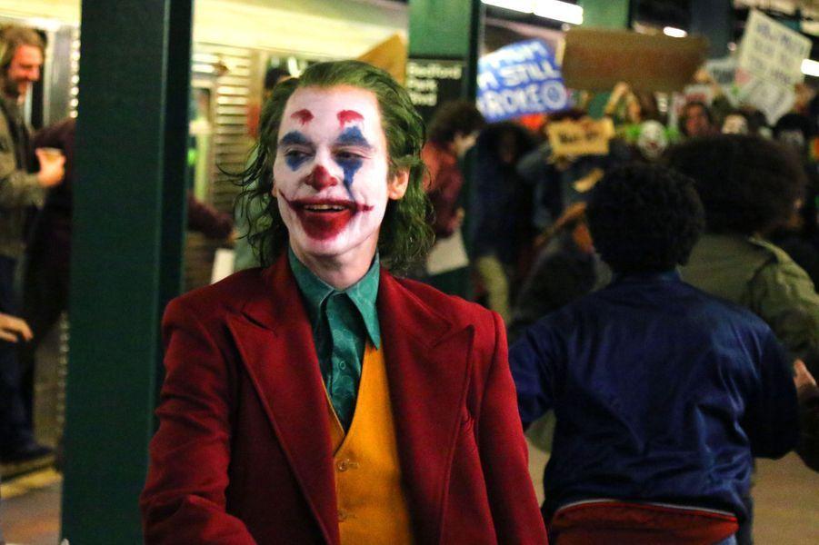 Le tournage de «Joker», super-méchant ennemi de Batman, se poursuit avec Joaquin Phoenix méconnaissable en clown maléfique.