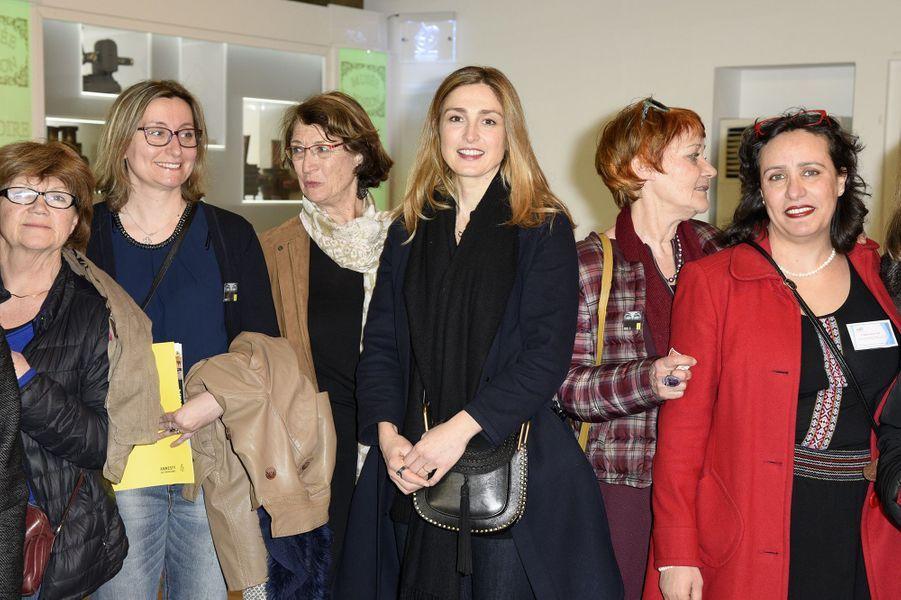 Julie Gayet à Compiègne entourée du collectif 1001 femmes le 12 mars 2016