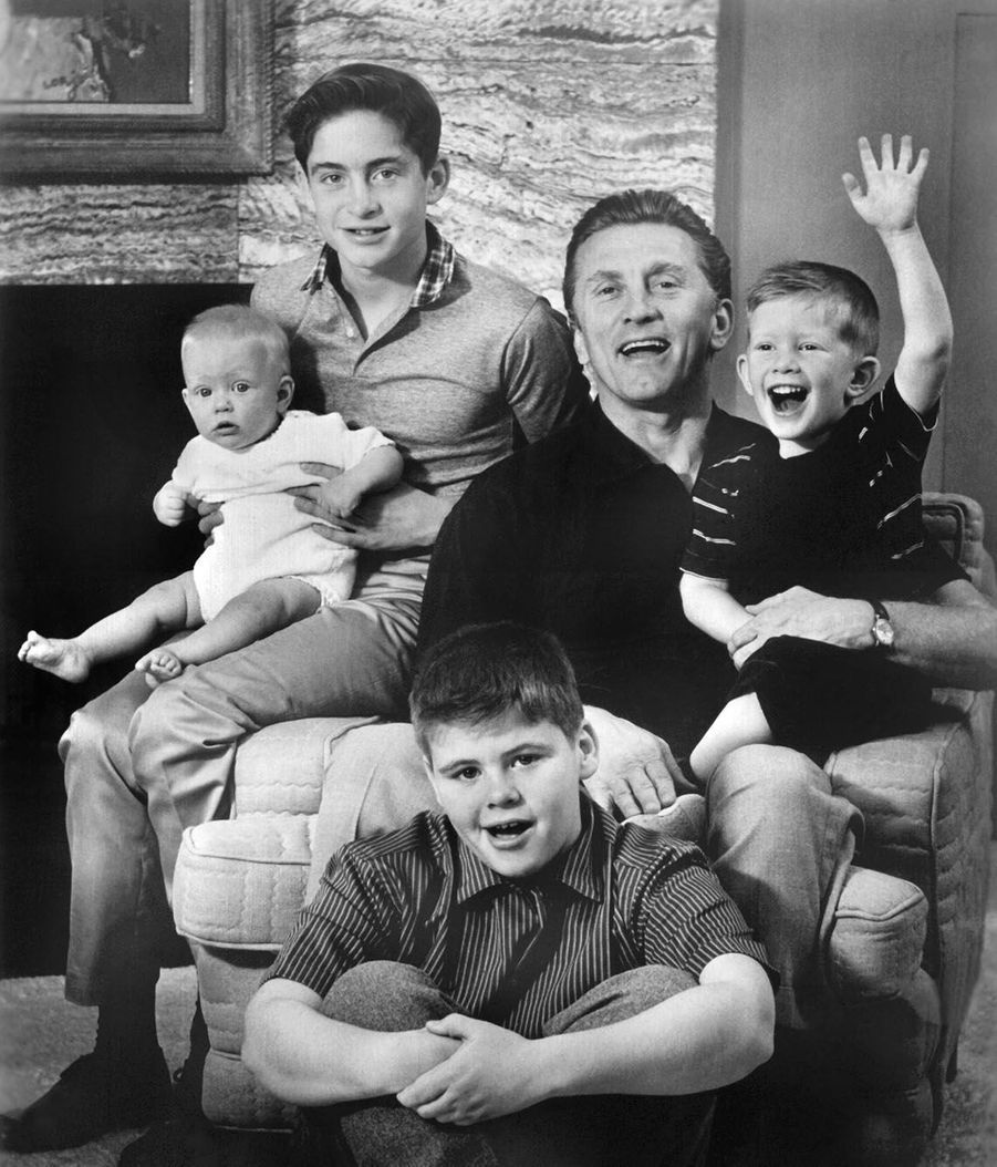 Kirk Douglas avec ses enfants Michael (15),Joel (12), Peter (5) et Eric (1) le 21 juin 1960.
