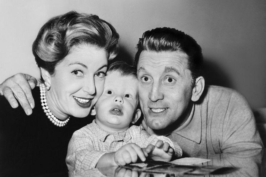 Kirk Douglas avec sa première épouse Diana et son premier fils Michael en 1948.
