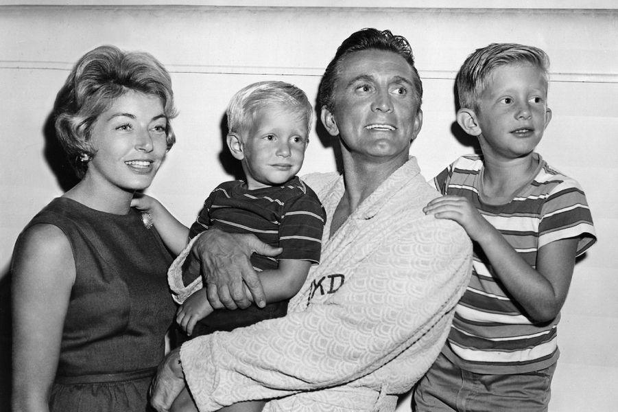 Kirk Douglas, sa femme Anne et deux de ses fils Peter (10) et Eric (5), en 1963.