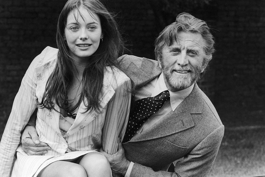"""Kirk Douglas et Lesley-Anne Down, stars du film """"Scalawag"""", le premier film réalisé par Kirk Douglas en 1972"""
