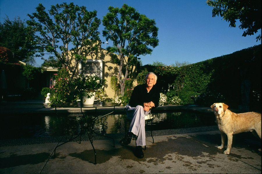 Kirk Douglas chez lui à Beverly Hills en 1994 avec son labrador, Banshee.