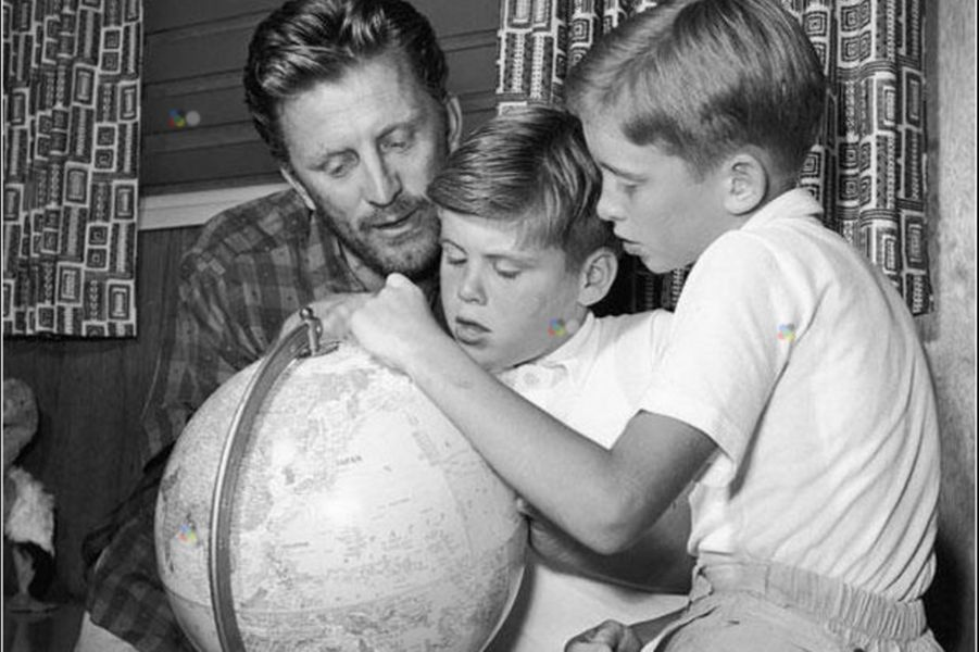 Kirk Douglas, Michael et Joel en 1956.