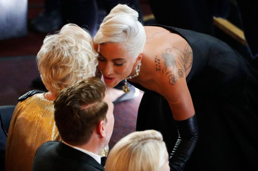 Lady Gaga embrasse Glenn Close.