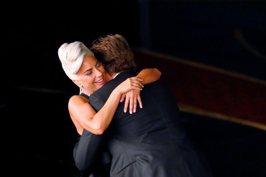 Lady Gaga dans les bras de Bradley Cooper