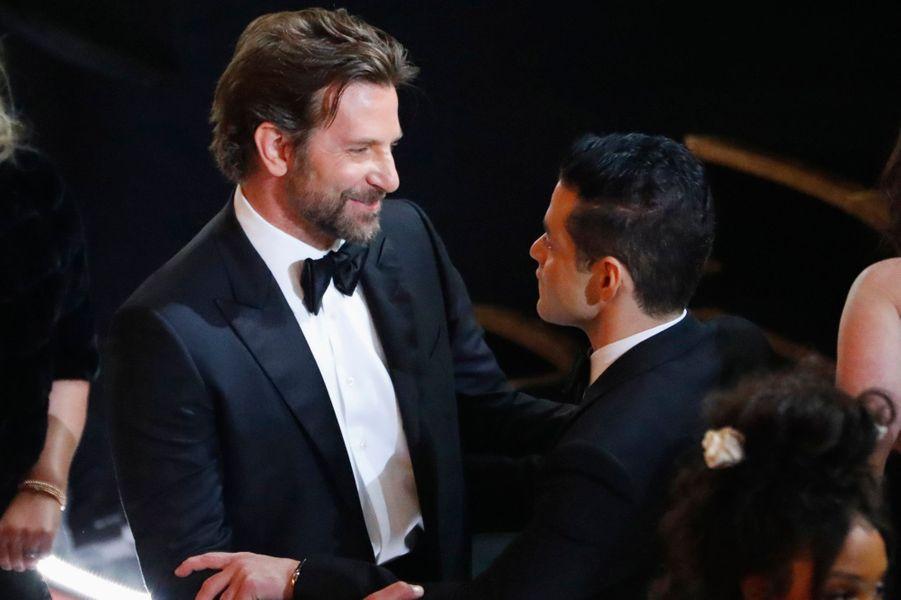 Bradley Cooper embrasse Rami Malek.