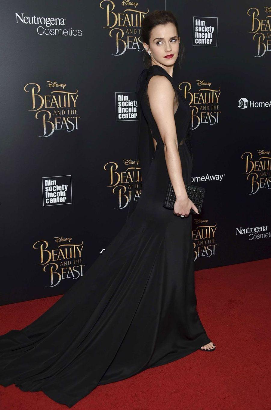 """Emma Watson pose à l'avant-première de """"La Belle et la Bête"""" à New York."""