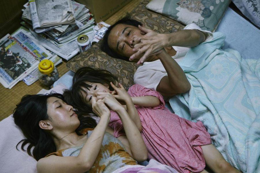 «Une affaire de famille» de Hirokazu Kore-Eda Le synopsis :Au retour d'une nouvelle expédition de vol à l'étalage, Osamu et son fils recueillent dans la rue une petite fille qui semble livrée à elle-même. D'abord réticente à l'idée d'abriter l'enfant pour la nuit, la femme d'Osamu accepte de s'occuper d'elle lorsqu'elle comprend que ses parents la maltraitent.En dépit de leur pauvreté, survivant de petites rapines qui complètent leurs maigres salaires, les membres de cette famille semblent vivre heureux – jusqu'à ce qu'un incident révèle brutalement leurs plus terribles secrets…