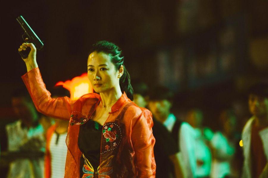 «Les Eternels» de Jia Zhang-keLe synopsis :En 2001, la jeune Qiao est amoureuse de Bin, petit chef de la pègre locale de Datong.Alors que Bin est attaqué par une bande rivale, Qiao prend sa défense et tire plusieurs coups de feu. Elle est condamnée à cinq ans de prison.A sa sortie, Qiao part à la recherche de Bin et tente de renouer avec lui. Mais il refuse de la suivre.Dix ans plus tard, à Datong, Qiao est célibataire, elle a réussi sa vie en restant fidèle aux valeurs de la pègre.Bin, usé par les épreuves, revient pour retrouver Qiao, la seule personne qu'il n'ait jamais aimée…