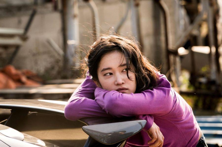 «Burning» de Lee Chang dong Le synopsis :Lors d'une livraison, Jongsu, un jeune coursier, tombe par hasard sur Haemi, une jeune fille qui habitait auparavant son quartier.Elle lui demande de s'occuper de son chat pendant un voyage en Afrique. À son retour, Haemi lui présente Ben, un homme mystérieux qu'elle a rencontré là-bas.Un jour, Ben révèle à Jongsu un bien étrange passe-temps…