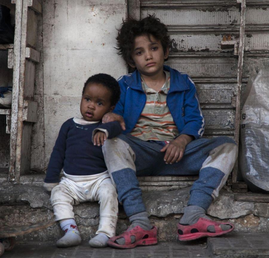 «Capharnaüm» de Nadine LabakiLe synopsis : INT. TRIBUNAL ZAIN, un garçon de 12 ans est présenté devant le JUGE. LE JUGE : « Pourquoi attaquez-vous vos parents en justice ? »ZAIN : « Pour m'avoir donné la vie. »