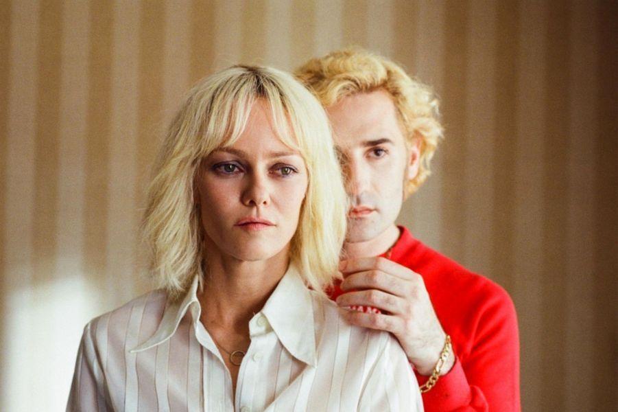 «Un Couteau dans le coeur» de Yann GonzalezLe synopsis : Paris, été 1979. Anne, productrice de pornos gays au rabais, est une femme violente, prisonnière de l'alcool et de ses démons. Lorsque Loïs, sa monteuse et compagne, la quitte après une longue relation, Anne est dévastée. Dans son délire désespéré, elle décide de la reconquérir en tournant un nouveau film, cette fois beaucoup plus ambitieux. Mais un mystérieux tueur masqué rôde dans son entourage et massacre sans pitié ses acteurs.