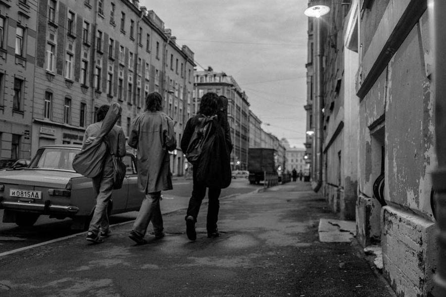 «Leto» deKirillSerebrennikov Le synopsis :Leningrad, un été dans les premières années 80: la scène rock est en pleine ébullition. Viktor Tsoï, un jeune musicien nourri comme tant d'autres aux sons de Led Zeppelin et David Bowie, cherche à se faire un nom.La rencontre avec son idole Mike et son épouse, la belle Natacha, va changer le cours de son destin. Ensemble ils vont construire la légende de Viktor, qui le rendra éternel.