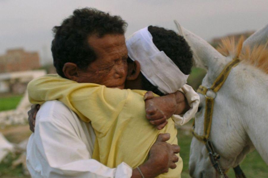 «Yomeddine» d'A.B. Shawky Le synopsis :Beshay, lépreux aujourd'hui guéri, n'avait jamais quitté depuis l'enfance sa léproserie, dans le désert égyptien. Après la disparition de son épouse, il décide pour la première fois de partir à la recherche de ses racines, ses pauvres possessions entassées sur une charrette tirée par son âne.Vite rejoint par un orphelin nubien qu'il a pris sous son aile, il va traverser l'Égypte et affronter ainsi le Monde avec ses maux et ses instants de grâce dans la quête d'une famille, d'un foyer, d'un peu d'humanité…