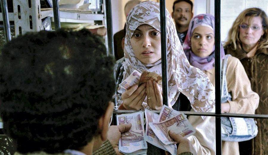 """""""Au départ, « Les femmes du bus 678 » ressemblait à un soap à l'égyptienne. Produit et interprété par la très célèbre chanteuse Bouchra (qui incarne Fayza), le récit a ébranlé les bases de la société en abordant la question épineuse de la masculinité dans les pays arabes. « Deux jours avant la révolution, une loi a officialisé le délit de harcèlement sexuel. Mais les plaintes restent rares. » Avec son film, Mohamed Diab a amorcé un mouvement, c'est maintenant au tour des femmes de prendre la parole pour défendre leurs droits, comme elles l'ont fait place Tahrir."""" Christine Haas."""
