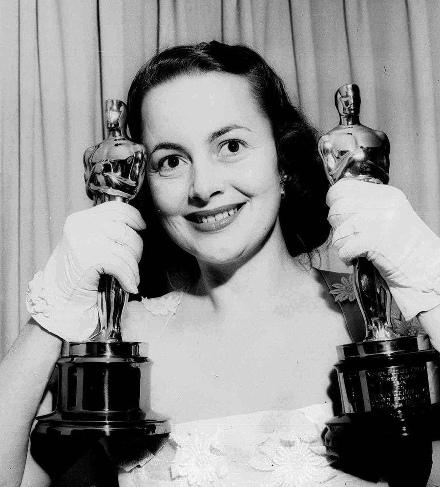 Olivia de Havilland et ses deux Oscars.
