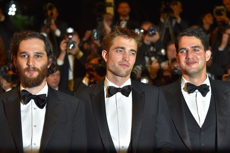 """Robert Pattinson et les frères Safdie, réalisateurs de """"Good Time"""" à Cannes le 25 mai 2017."""