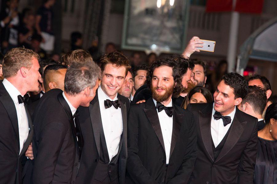 """Équipe du film """"Good Time"""" sur les marches du Festival de Cannes, le 25 mai 2017."""