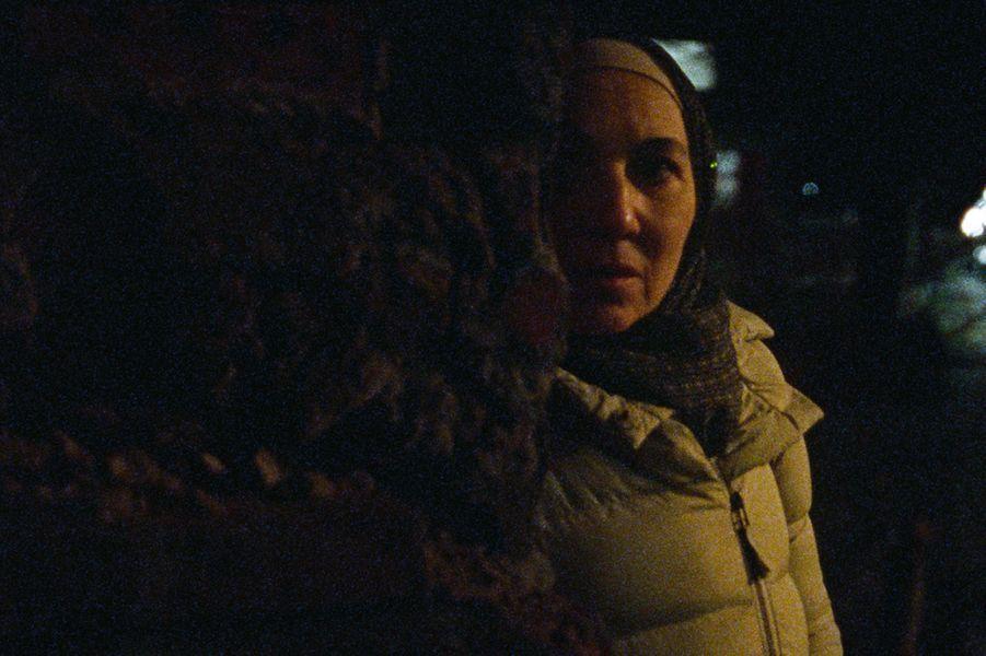 """""""Ghost Tropic"""" de Bas DevosLe synopsis :Après une longue journée de travail, Khadija, 58 ans, s'endort dans le dernier métro. Elle se réveille au terminus, à l'autre bout de la ville, et doit rentrer chez elle à pied. Cette traversée nocturne l'oblige à demander de l'aide, et à en donner, à celles et ceux qui comme elle, traversent la nuit."""