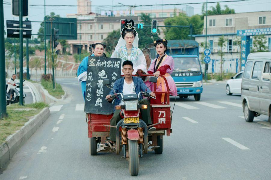 """""""To Live to Sing"""" de Johnny MaLe synopsis :Zhao Li mène une troupe d'opéra du Sichuan qui vit et se produit dans un théâtre délabré de la périphérie de Chengdu. Quand elle reçoit un avis de démolition, elle cache la nouvelle, par peur que celle-ci sonne le glas de la troupe. En même temps, leur vie est de plus en plus difficile… Mais quelles alternatives pour eux ? Elle s'inquiète aussi pour sa nièce Dan Dan, jeune star de la troupe attirée par les lumières de la ville. Pour sauver sa «famille» du théâtre, Zhao Li se met à la recherche d'un nouveau théâtre où ils pourraient vivre et chanter. Alors qu'elle affronte la bureaucratie, les personnages du monde de l'opéra, son échappatoire, commencent à apparaître dans sa vraie vie…"""
