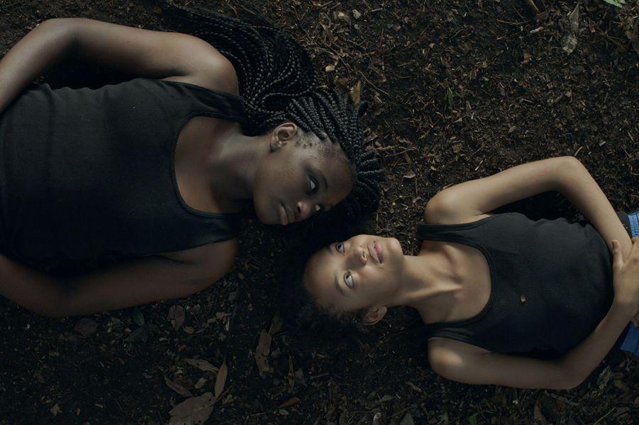 """""""Ceniza Negra""""deSofía Quirós UbedaLe synopsis :Selva, 13 ans, découvre qu'en mourant on ne fait que changer de peau. On peut se transformer en loup, en chèvre, en ombre, en tout ce que l'imagination permet."""