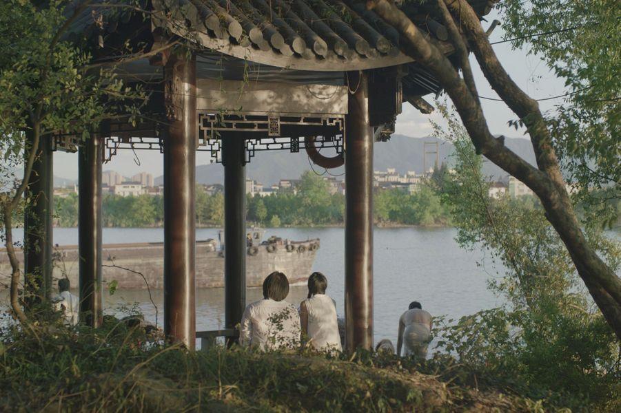 """""""Séjour dans les Monts Fuchun"""" deGu XiaogangLe synopsis :Le destin d'une famille s'écoule au rythme de la nature, du cycle des saisons et de la vie d'un fleuve."""