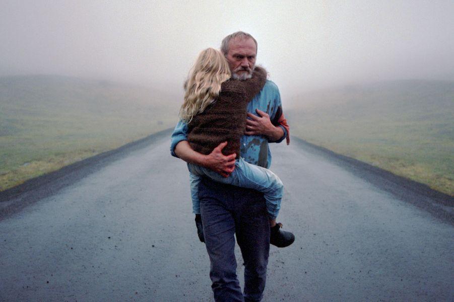 """""""A White, White Day""""deHlynur PálmasonLe synopsis :Dans une petite ville perdue d'Islande, un commissaire de police en congé soupçonne un homme du coin d'avoir eu une aventure avec sa femme décédée dans un tragique accident deux ans plus tôt. Sa recherche de la vérité tourne à l'obsession. Celle-ci s'intensifie et le mène inévitablement à se mettre en danger, lui et ses proches. Une histoire de deuil, de vengeance et d'amour inconditionnel."""