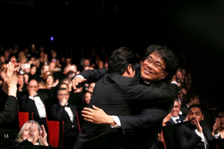 Bong joon-ho dans les bras de Song Kang-ho.