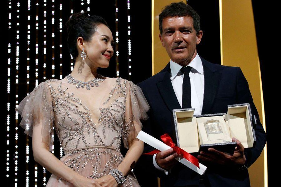 """Antonio Banderas, prix d'interprétation masculine pour """"Douleur et Gloire"""", aux côtés de Zhang Ziyi."""