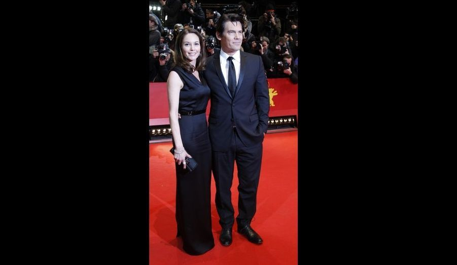 L'acteur, également au générique de «True Grit» a posé sur le tapis rouge en compagnie de sa femme, l'actrice Diane Lane.