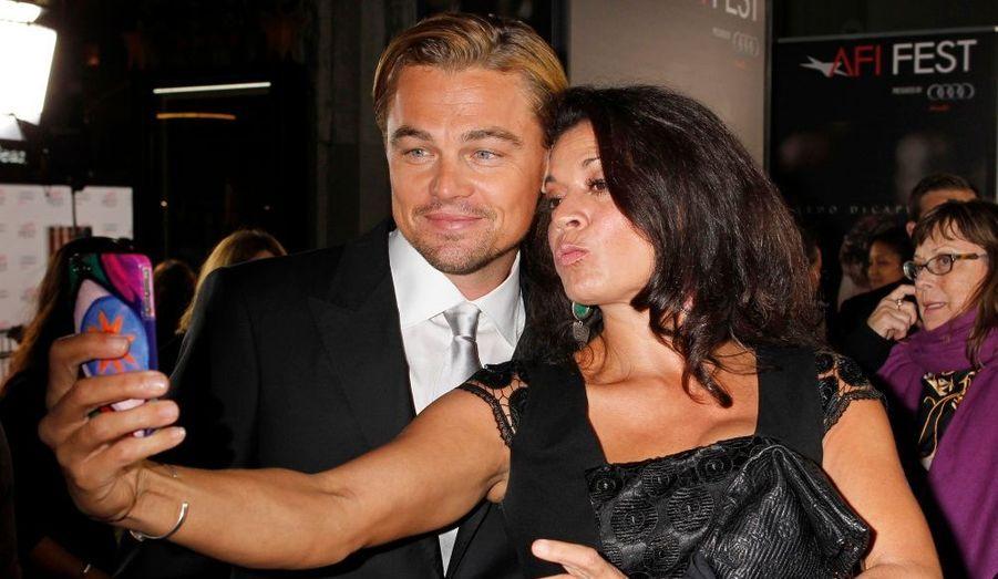 Dina, la femme de Clint Eastwood, profite de la présence de Leonardo DiCaprio pour prendre une photo avec lui.