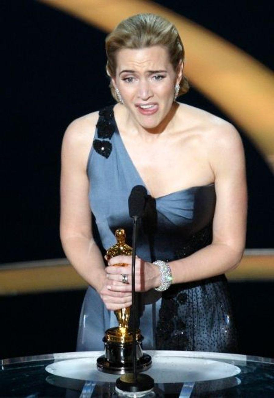"""Après son succès aux Golden Globes et aux BAFTA, Kate Winslet a triomphé aux Oscars, en remportant le titre suprême : l'Oscar de la Meilleure actrice, pour son rôle dans """"Le Liseur""""."""