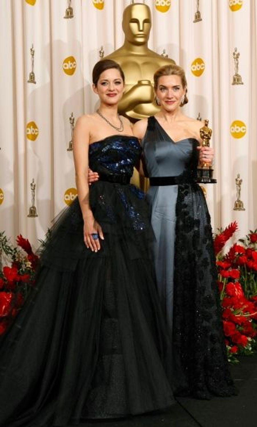 """Après son succès aux Golden Globes et aux BAFTA, Kate Winslet a triomphé aux Oscars, en remportant le titre suprême : l'Oscar de la Meilleure actrice, pour son rôle dans """"Le Liseur"""". Comme le veut la tradition, c'est la Meilleure actrice de l'année précédente, en l'occurrence notre Française Marion Cotillard, qui lui a remis la statuette dorée."""
