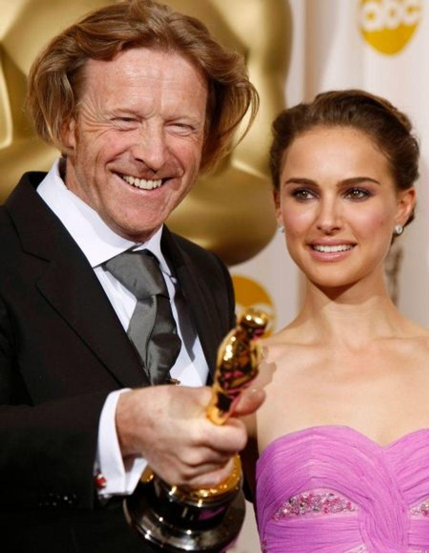 """L'Oscar de la Meilleure photographie a été décerné à Anthony Dod Mantle, pour """"Slumdog Millionaire"""". Il est ici accompagné de Nathalie Portman."""