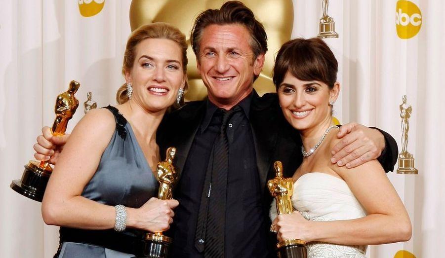 Sean Penn, Oscar du Meilleur acteur -alors que l'on attendait Mickey Rourke-, est entouré de Kate Winslet, Oscar de la Meilleure actrice, et Penelope Cruz, Oscar du Second rôle féminin.