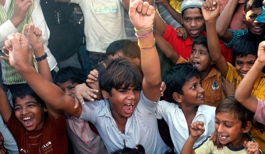 """... les voisins de l'équipe de """"Slumdog Millionaire"""" se réjouissaient du succès de leurs proches, malgré la controverse qu'a déclenchée le film dans le pays. Le film de Dany Boyle a en effet été jugé dévalorisant pour les habitants des bidonvilles de Bombay par certaines associations."""